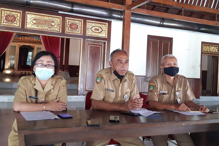 Kepala Dinas Kebudayaan Solo, Agus Santoso (Tengah) dan jajaran dalam konferensi pers Solo Menari 2021 di Ndalem Joyokusuman Solo, Jawa Tengah, Senin (26/4/2021).