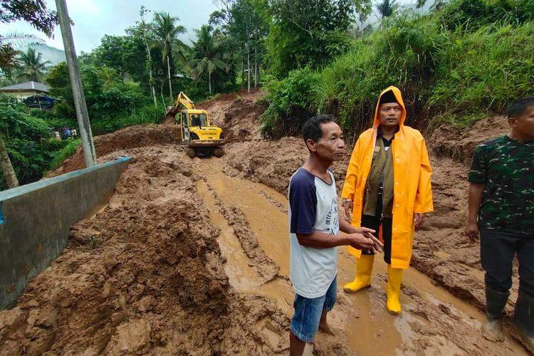 Longsor terjadi di Kecamatan Situjuah Limo, Kabupaten Limapuluh Kota menyebabkan akses jalan terganggu, Jumat (20/12/2019)