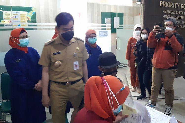 Wali Kota Solo, Gibran Rakabuming saat meninjau vaksinasi warga usia 18 ke atas di RS PKU Muhammadiyah Solo, Jawa Tengah, Senin (21/6/2021).