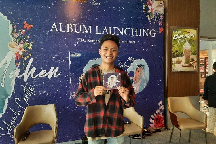 Penyanyi Mahen akhirnya merilis album perdananya yang berjudul Sebuah Cerita. Album ini berisi 10 buah lagu yang terdiri dari 5 singel lama dan 5 lagu barunya.