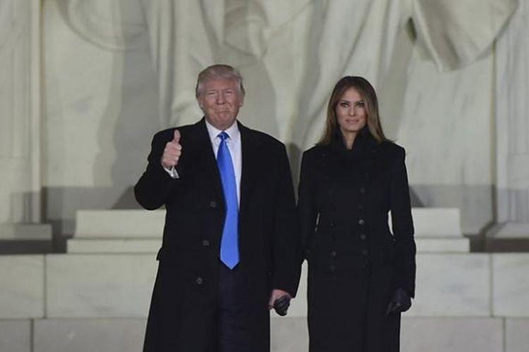 Presiden terpilih AS Donald Trump dan istrinya, Melania, saat berada di Lincoln Memorial, Washington DC, Kamis (19/1/2017).