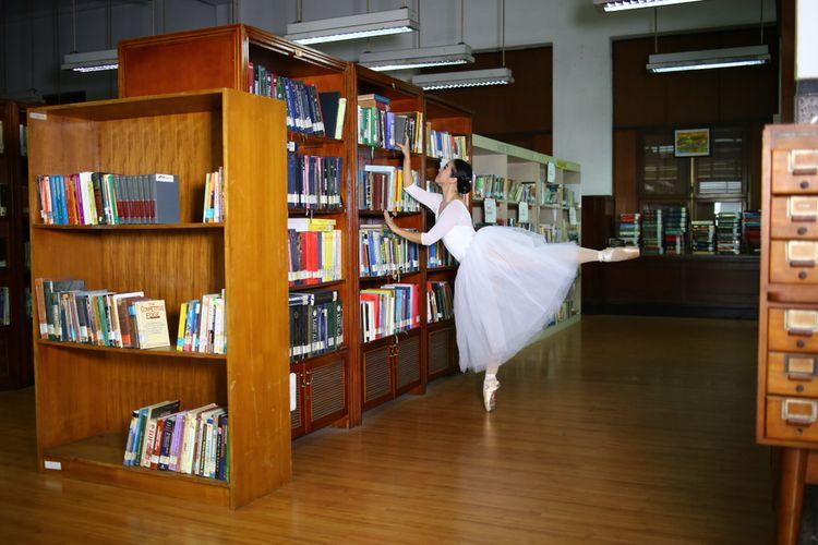 Seorang balerina melakukan photo shoot di salah satu ruangan Museum Mandiri, Jakarta, (13/10/2019).