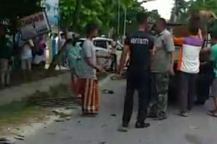 Sejumlah warga mengevakuasi jasad ibu dan anak tewas serta korban luka lainnya usai ditabrak mobil Honda Mobilio yang dikemudikan seorang PNS bernama Heri Susanto (60), di Jalan Tuanku Tambusai, Kota Bangkinang, Kabupaten Kampar, Riau, Jumat (2/4/2021).