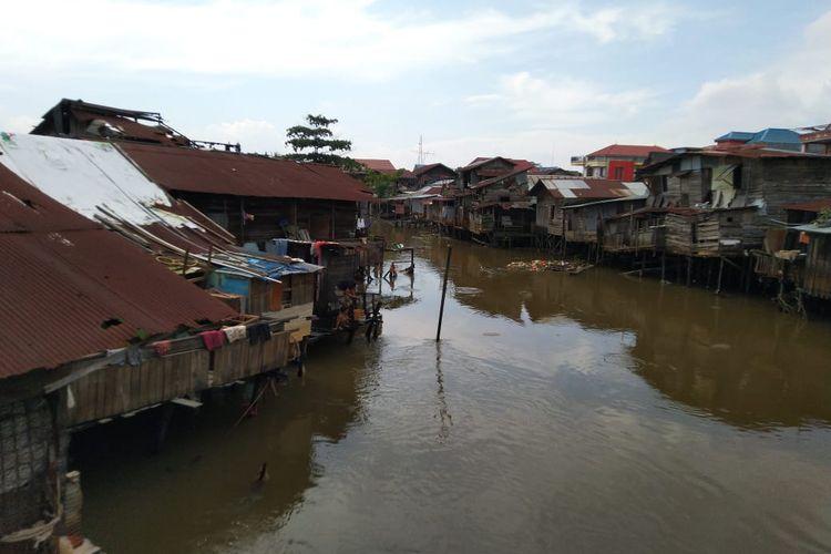 Kondisi Sungai Marang Mumus dipadati bangunan warga di kedua sisi sungai, segmen Pasar Segiri RT 28 Kelurahan Sidodadi, Samarinda Ulu, Kota Samarinda, Kaltim, Senin (6/7/2020).