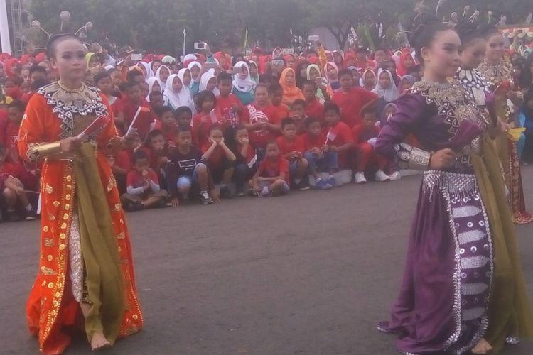 Tari Kipas atau Tidi Lo ooayabu yang menjadi tarian khas Gorontalo pada pembukaan Gala Desa 2018 di Pendopo Kabupaten Gorontalo Utara (Sabtu 11/8/2018). Pada kesempatan itu, dilakukan juga peresmian Jelajah Sepeda Nusantara.