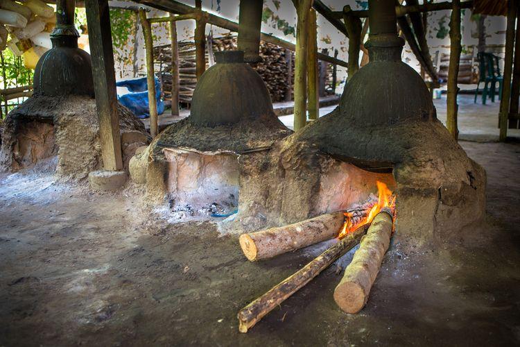 Proses pembuatan arak bali dengan cara tradisional.