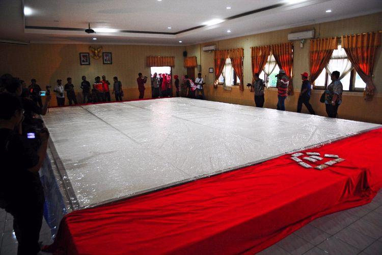 Pengunjung menyaksikan tempe raksasa di ruang rapat paripurna II DPRD Kabupaten Grobogan, Jawa Tengah, Kamis (30/11/2017).