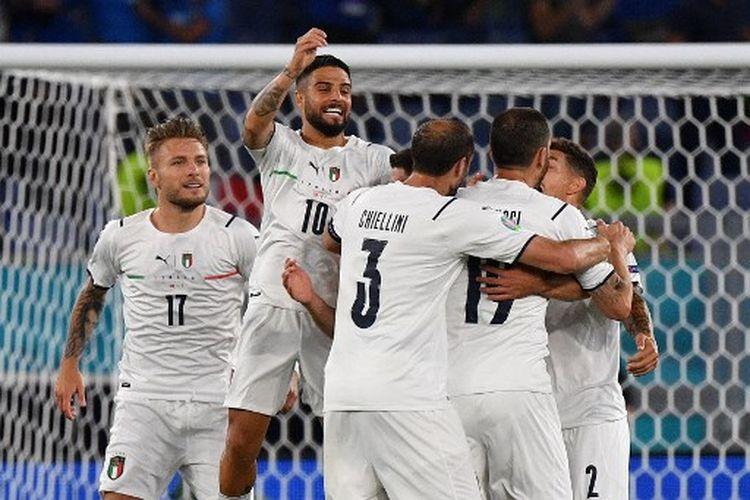 Lorenzo Insigne (melompat) merayaka golnya bersama rekan satu timnya pada laga pembuka Euro 2020 yang mempertemukan Italia vs Turki di Stadion Olimpico, Sabtu (12/6/2021) dini hari WIB.