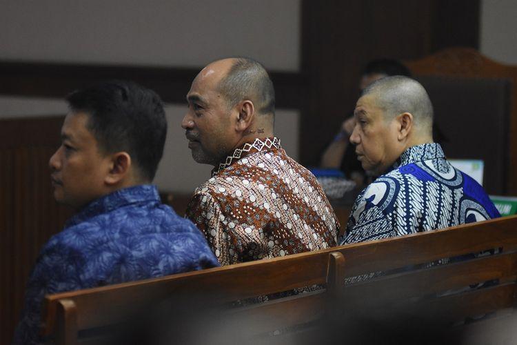 Tiga terdakwa kasus dugaan suap dana hibah Kemenpora kepada KONI, mantan Deputi IV bidang Peningkatan Prestasi Olahraga Kemenpora Mulyana (tengah), Pejabat Pembuat Komitmen (PPK) Kemenpora Adhi Purnomo (kanan) dan Staf Kemenpora Eko Triyanto (kiri) mengikuti sidang lanjutan di Pengadilan Tipikor, Jakarta, Kamis (18/7/2019). Sidang beragenda mendengarkan keterangan seorang saksi meringankan bagi terdakwa Adhi Purnomo dan Eko Triyanto, sedangkan terdakwa Mulyana tidak mengajukan saksi meringankan. ANTARA FOTO/Indrianto Eko Suwarso/wsj.