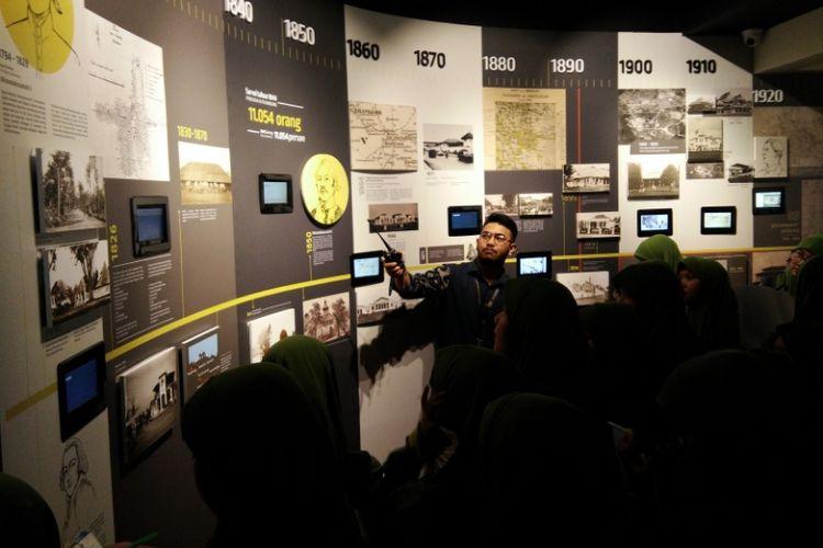 Pemandu wisata Museum Gedung Sate saat memberi penjelasan kepada para pelajar, Kamis (18/10/2018) pagi.