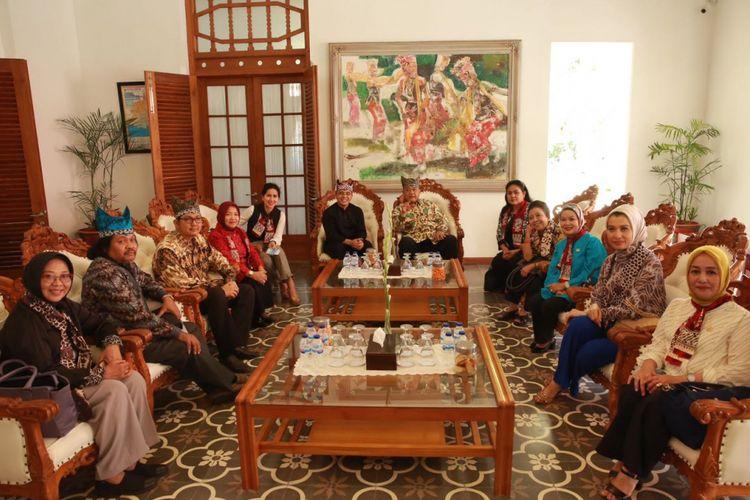 Rombongan Komisi X DPR RI bersama Bupati Banyuwangi Abdullah Azwar Anas di Pendopo Sabha Swagata Blambangan, Sabtu (22/7/2017). Rombongan Komisi Pendidikan dan Pariwisata membahas perkembangan pariwisata dan antisipasi pertumbuhan kunjungan wisata di Banyuwangi .