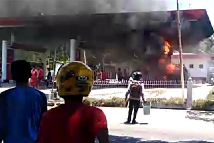 SPBU Campalagian Polewali Mandar, Sulawesi Barat terbakar, Sabtu (8/9/2019). Satu korban dilarikan ke rumah sakit setelah sekujur tubuhnya terbakar.