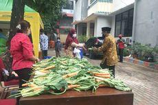Dorong Warga Ikut Vaksinasi Covid-19, Kelurahan Ancol Bagi-bagi Sayur dan Sembako
