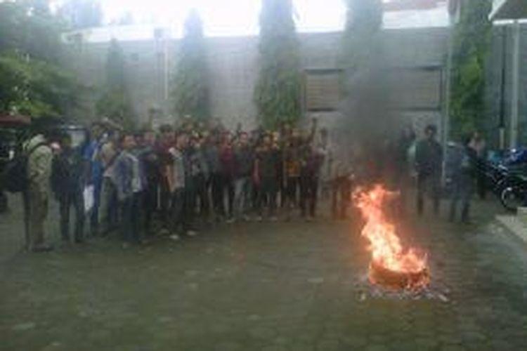 Para mahasiswa saat melakukan aksi di depan kantor KPU DIY