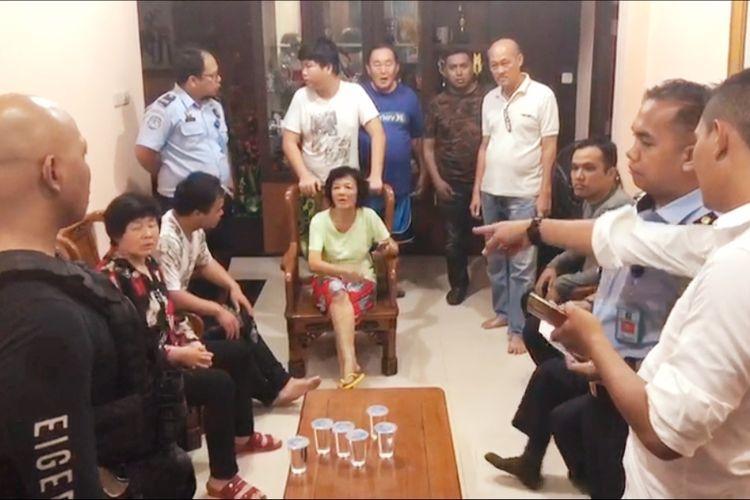Petugas Imigrasi Kota Pontianak, Kalimantan Barat bersama kepolisian memeriksa rumah yang ditengarai sebagai tempat penampungan warga negara asing, Rabu (12/6/2019).
