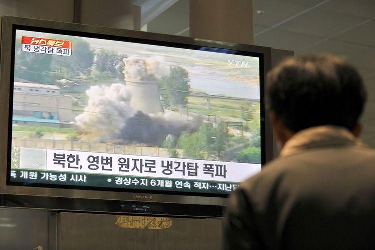 Foto tertanggal 27 Juni 2008, menunjukkan seorang warga Korea Selatan menyaksikan rekaman penghancuran salah satu bangunan di pusat penelitian nuklir Korea Utara di Yongbyon.