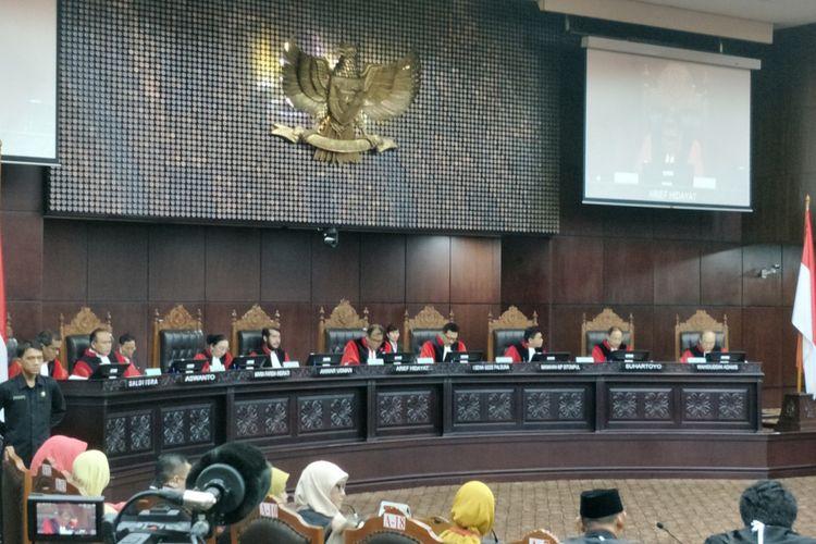 Suasana sidang pleno di gedung Mahkamah Konstitusi, Jakarta Pusat, Kamis (14/12/2017).  Mahkamah Konstitusi (MK) menolak permohonan uji materi Pasal 284, Pasal 285 dan Pasal 292 Kitab Undang-Undang Hukum Pidana (KUHP). Ketiga pasal tersebut mengatur soal kejahatan terhadap kesusilaan. Permohonan uji materi Pasal 284, Pasal 285 dan Pasal 292 KUHP dalam perkara nomor 46/PUU-XIV/2016 diajukan oleh Guru Besar IPB Euis Sunarti bersama sejumlah pihak.