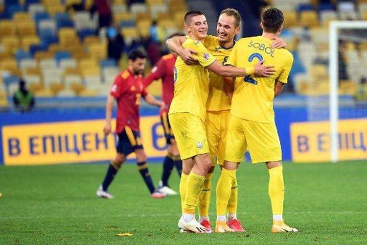 Yevhen Makarenko dan Eduard Sobol (kanan) merayakan gol pada laga UEFA Nations League Gruo A4 yang mempertemukan Ukraiana vs Spanyol di Stadion Stadion NSK Olympiyskiy, Selasa (13/10/2020) atau Rabu dini hari WIB.