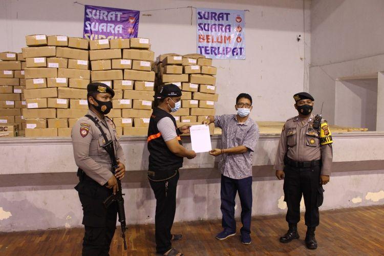 Komisi Pemilihan Umum (KPU) Karawang kekurangan 2.243 surat suara untuk pilkada Karawang 2020. Sementara kertas suara rusak ditemukan sebanyak 556 lembar.