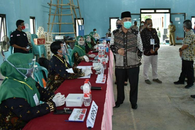 Bupati Kebumen KH Yazid Mahfudz memantau pemungutan suara Pilkada Kebumen, Jawa Tengah, Rabu (9/12/2020).