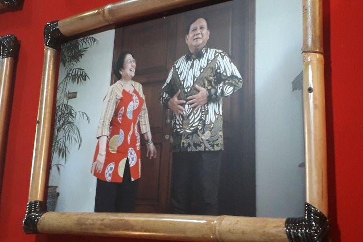 Foto Megawati bersama Prabowo selepas pertemuan mereka yang disebut Mega sebagai foto favorit di antara 25 foto yang dipamerkan di lokasi Kongres V PDI-P, Jumat (9/8/2019).