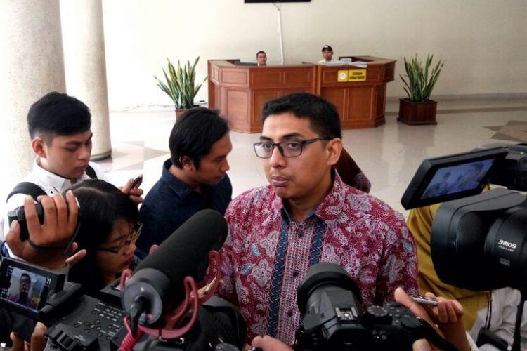 Direktur Pusat Kajian Anti Korupsi (Pukat)  UGM Zaenal Arifin Mochtar saat menemui wartawan usai jumpa pers di Balairung UGM.