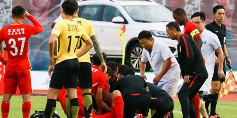 Pemain tengah klub Changchun Yatai, Wang Shouting ini sempat pingsan di lapangan saat Yatai mengalahkan Evergrande 3-2 dalam lanjutan CSL, Sabtu (11/08/2018).