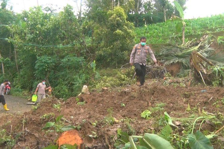 Material longsor menutup sekuruh ruas jalan di wilayah Desa Depok Kecamatan Bendungan Trenggalek Jawa Timur, Rabu (15/09/2021).