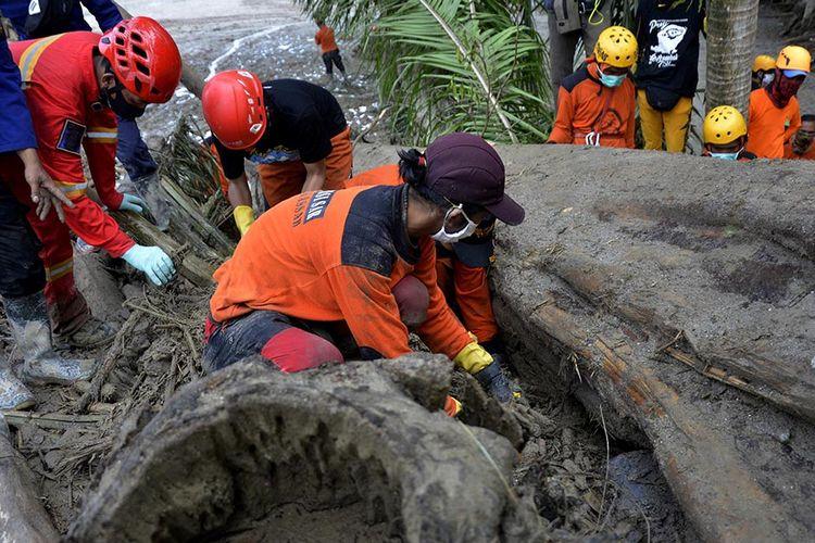 Tim SAR gabungan melakukan pencarian korban banjir bandang di Desa Radda, Kabupaten Luwu Utara, Sulawesi Selatan, Sabtu (18/7/2020). Hingga hari kelima, tim SAR telah menemukan 36 korban meninggal dunia dan 18 orang lainnya masih terus dilakukan pencarian.
