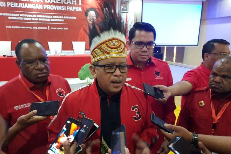 Sekjen PDI Perjuangan Hasto Kristiyanto memberikan keterangan pers usai membuka Rakerda DPD PDI Perjuangan Papua, Jayapura, Jumat (13/3/2020)