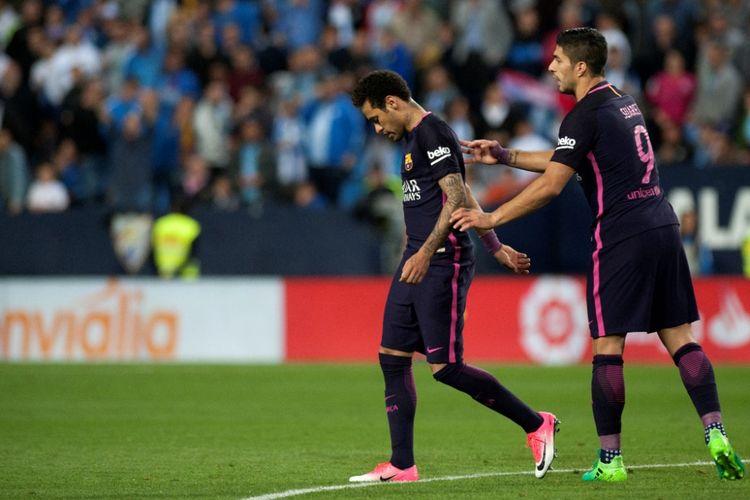 Neymar (kiri) menerima kartu merah saat Barcelona melawan Malaga pada La Liga - kasta teratas Liga Spanyol di Stadion La Rosaleda, sabtu (8/4/2017).