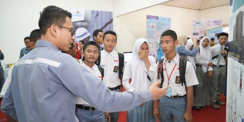 Murid-Murid sekolah dari sekitar perusahaan antusias mendengarkan penjelasan dari salah seorang karyawan Inalum tentang inovasi dan improvement teknologi di Inalum.
