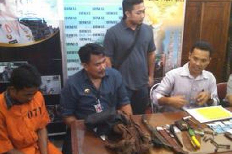 Sahdi alias Di Goh, perampok spesialis villa bule dihadirkan saat konferensi pers di Mapolda Bali, Senin (15/7/2013).