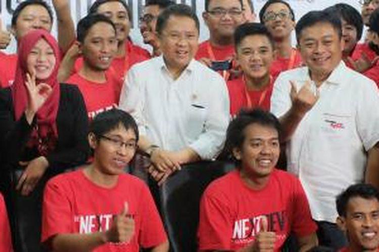 Menkominfo Rudiantara dan Direktur Utama Telkomsel Ririek Adriansyah bertemu tim finalis NextDev di Jakarta, Jumat (23/10/2015).