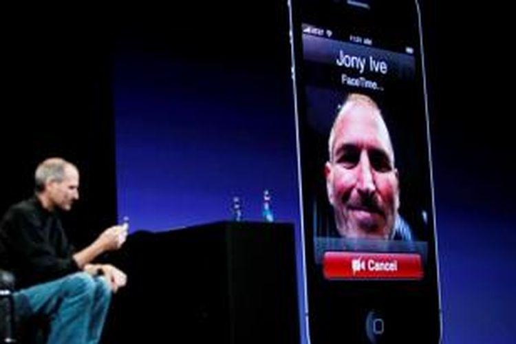 Mending Steve Jobs saat mendemonstrasikan aplikasi FaceTime