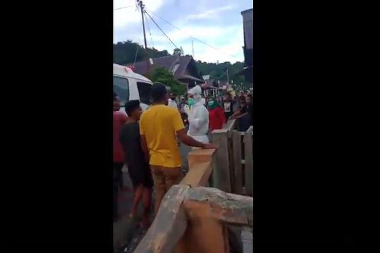 Viral di media sosial video memperlihatkan sejumlah warga mengamuk dan mencoba menghadang petugas medis.