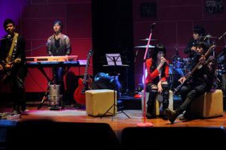 Kelompok musik asal Pekanbaru, Geisha--Roby (gitar), Dhan (keyboard), Momo (vokal), Nard (bas), dan Aan (drum), menggelar konser live streaming ketika meluncurkan album kedua, yang bertajuk Meraih Bintang, di Gedung Pusat Perfilman Haji Usmar Ismail, Jakarta, Kamis (31/3/2011). Album kedua ini berisi sebelas lagu.