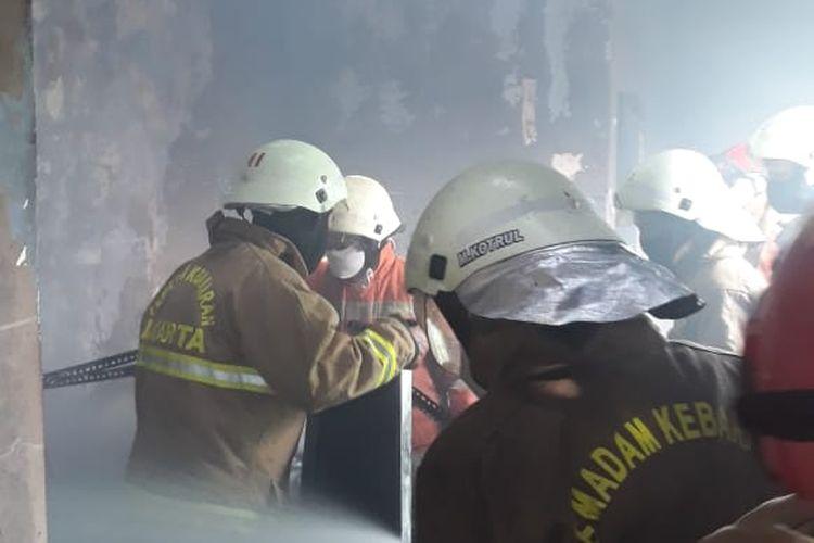 Kebakaran terjadi di kantor Persatuan Istri Tentara (Persit) Kartika Chandra Kirana di Jalan Tanah Kusir Raya, Kebayoran Lama, Jakarta Selatan pada Selasa (4/5/2021) siang sempat diawali dengan sebuah ledakan.