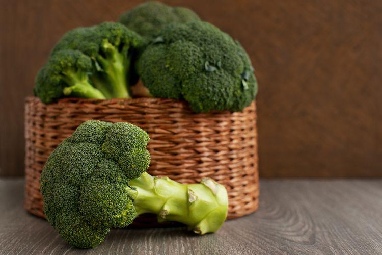 Ilustrasi brokoli dengan batangnya yang besar