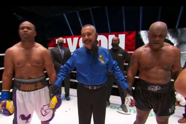 Duel Mike Tyson vs Roy Jones Jr di Staples Center, Los Angeles, pada Minggu (29/11/2020) siang WIB.