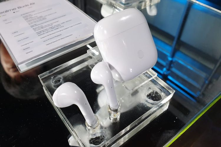 Realme Buds Air beserta case yang berfungsi sebagai charger.