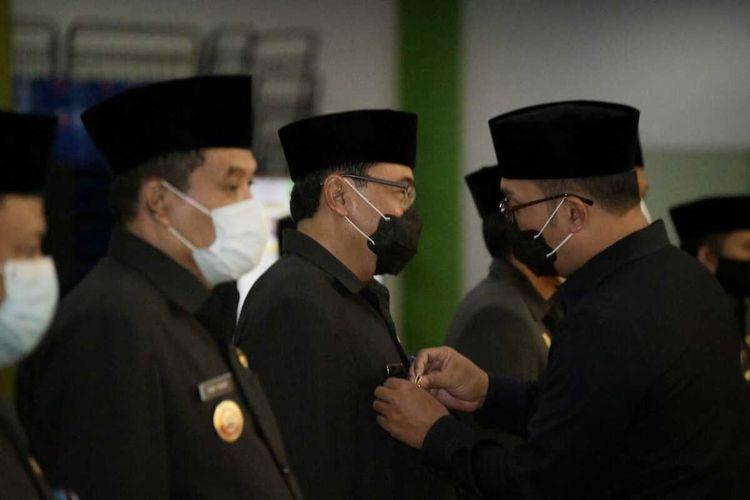 Gubernur Jawa Barat Ridwan Kamil resmi mengukuhkan tujuh Penjabat Sementara (Pjs) Bupati dan Wali Kota bagi tujuh daerah yang menggelar Pemilihan Kepala Daerah (Pilkada) Serentak 2020 di Jabar, di Gedung Youth Center Sport Jabar Arcamanik, Kota Bandung, Jumat (25/9/2020).
