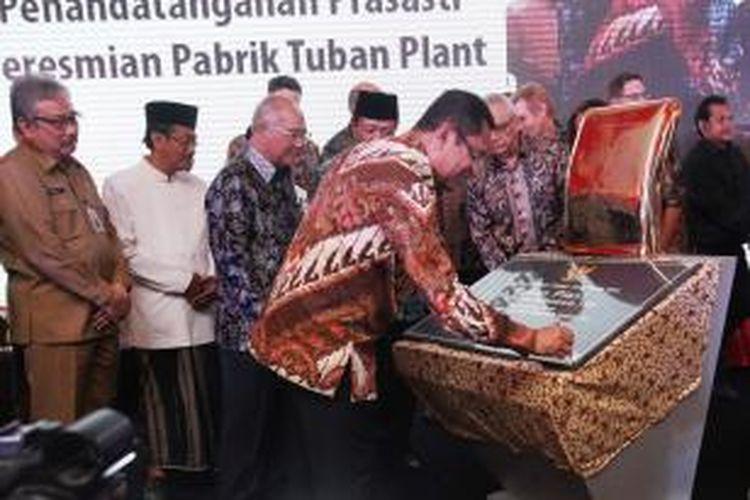Menteri Perindustrian, Saleh Husin menandatangani prasasti peresmian pabrik Tuban Plant, disaksikan oleh jajaran Komisaris dan Direksi PT Holcim Indonesia Tbk, Senin (24/8/2015), di Tuban, Jawa Timur.