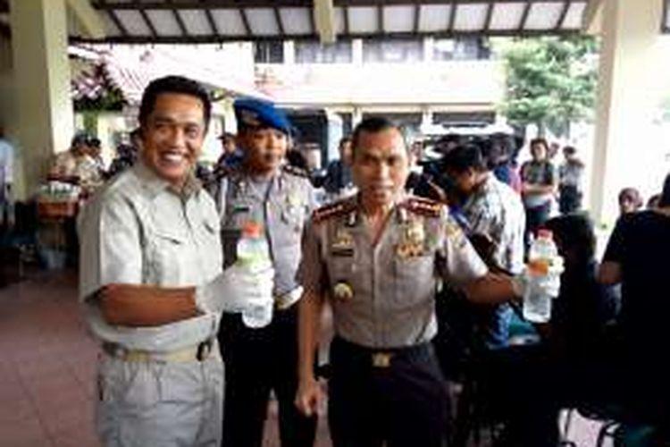 Wakapolda DIY, Kombes Pol Abdul Hasyim Gani saat  menunjukan miras oplosan maut dalam kemasan botol mineral yang diamankan dari tersangka Feriyanto seorang penjual di Bantul