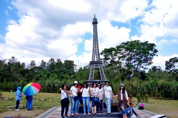 Para wisatawan saat berfoto di landmark menara Eiffel
