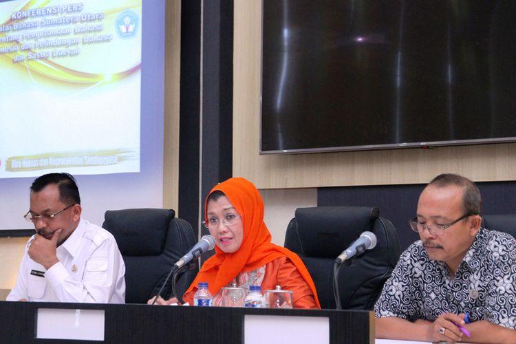Kepala Balai Bahasa Sumut Tengku Syarfina saat menjelaskan lahirnya Perda Perlindungan Bahasa Sumut, Kamis (26/10/2017)