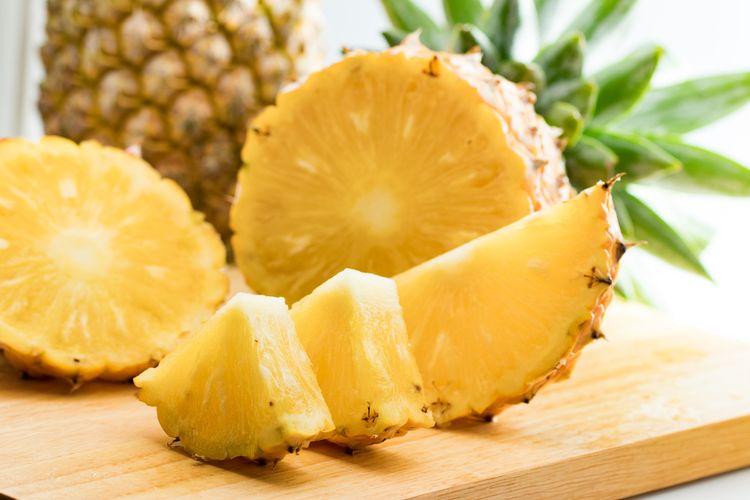 Ilustrasi nanas yang nantinya akan diolah untuk menjadi selai sebagai isian nastar. Nastar adalah kue kering khas Lebaran di Indonesia.