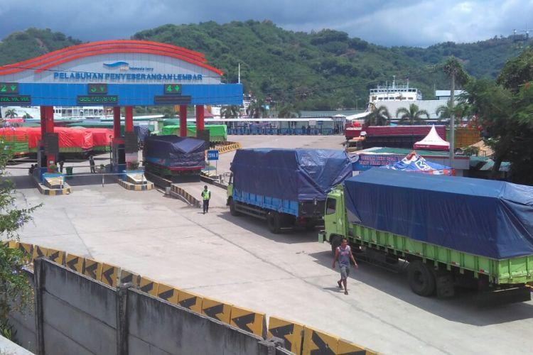 Truk pengangkut barang tengah antre masuk ke Pelabuhan Lembar, Lombok Barat, NTB, Kamis (16/3/2017).