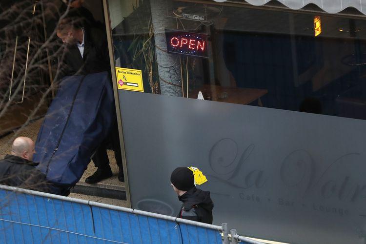 Petugas koroner membawa salah satu jenazah korban penembakan di bar shisha Hanau, dekat Frankfurt am Main, barat Jerman, pada 20 Februari 2020. Sebanyak 9 orang tewas dalam insiden yang diduga dilakukan ekstremis sayap kanan, di mana polisi mengidentifikasinya sebagai Tobias R.