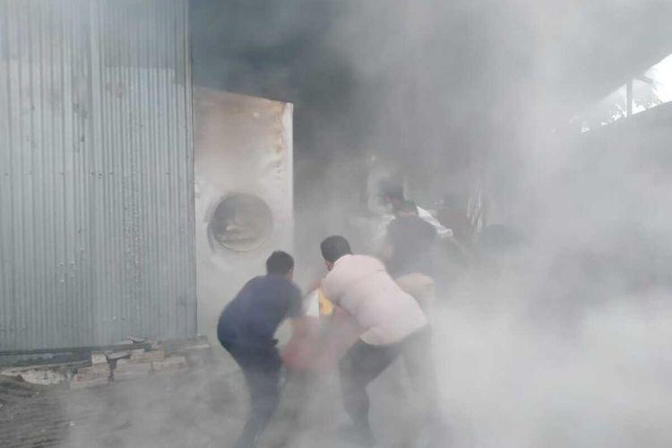 Petugas berusaha memadamkan api yang membakar pabrik briket di Jepon, Blora, Jumat (30/4/2021)